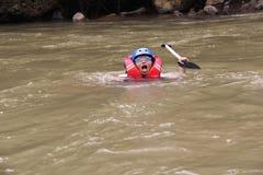 Παίζοντας ομάδας ανθρώπων σε έναν ποταμό που έχει μια βαριά ροή, στοκ εικόνα με δικαίωμα ελεύθερης χρήσης
