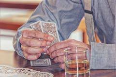 Παίζοντας παιχνίδια καρτών παικτών και οινόπνευμα κατανάλωσης στοκ φωτογραφία με δικαίωμα ελεύθερης χρήσης