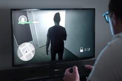 Παίζοντας παιχνίδια κονσολών ή τηλεοπτική έννοια εθισμού παιχνιδιών στοκ εικόνες