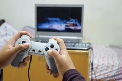 Παίζοντας παιχνίδια παιδιών στο σπίτι στοκ εικόνες