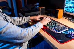 Παίζοντας παιχνίδια στον υπολογιστή εφήβων, gamer ποντίκι και αριθμητικό πληκτρολόγιο, στοκ φωτογραφίες