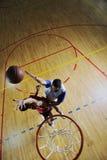 Παίζοντας παιχνίδι καλαθοσφαίρισης στοκ εικόνες