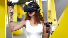Παίζοντας παιχνίδι κοριτσιών Curvy με την κάσκα επίδειξης VR απόθεμα βίντεο