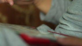 Παίζοντας παιχνίδι παιδιών στην ψηφιακή ταμπλέτα απόθεμα βίντεο