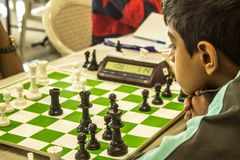 Παίζοντας παιχνίδι σκακιού ανταγωνισμός-αγοριών σκακιού στοκ φωτογραφία με δικαίωμα ελεύθερης χρήσης