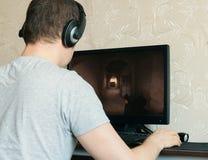 Παίζοντας παιχνίδι στον υπολογιστή ατόμων Στοκ φωτογραφίες με δικαίωμα ελεύθερης χρήσης