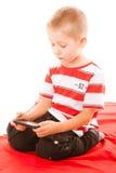 Παίζοντας παιχνίδια μικρών παιδιών στο smartphone Στοκ Φωτογραφία