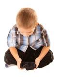 Παίζοντας παιχνίδια μικρών παιδιών στο smartphone Στοκ Εικόνες