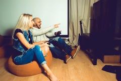 Παίζοντας παιχνίδια στον υπολογιστή ατόμων και κατοχή κάποιας διασκέδασης με το όμορφο wo Στοκ φωτογραφίες με δικαίωμα ελεύθερης χρήσης