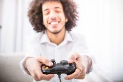 Παίζοντας παιχνίδια στον υπολογιστή ατόμων Hipster Στοκ φωτογραφίες με δικαίωμα ελεύθερης χρήσης