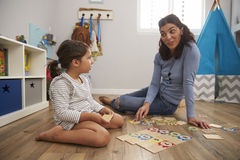 Παίζοντας παιχνίδι γρίφων αριθμού μητέρων με την κόρη στο χώρο για παιχνίδη Στοκ φωτογραφία με δικαίωμα ελεύθερης χρήσης