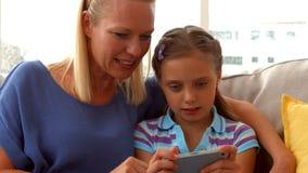 Παίζοντας παιχνίδι κορών στο τηλέφωνο με τη μητέρα απόθεμα βίντεο