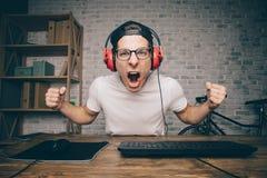 Παίζοντας παιχνίδι νεαρών άνδρων στο σπίτι και ρέοντας playthrough ή περάσματος βίντεο Στοκ Εικόνα