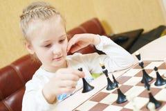 Παίζοντας παιχνίδι σκακιού κοριτσιών παιδιών Στοκ φωτογραφία με δικαίωμα ελεύθερης χρήσης