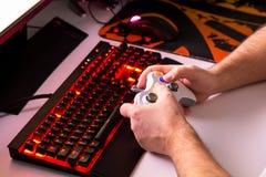 Παίζοντας παιχνίδι στον υπολογιστή ατόμων στον επί παραγγελία υπολογιστή γραφείου με το joypad, KE Στοκ φωτογραφίες με δικαίωμα ελεύθερης χρήσης