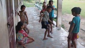 Παίζοντας παιδιά στο χωριό Kong Lo φιλμ μικρού μήκους