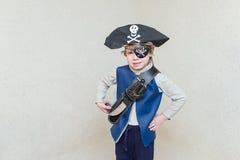 Παίζοντας πειρατής αγοριών παιδιών Στοκ φωτογραφία με δικαίωμα ελεύθερης χρήσης