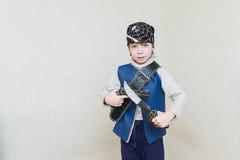 Παίζοντας πειρατής αγοριών παιδιών Στοκ Εικόνες
