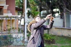 Παίζοντας πετοσφαίριση κοριτσιών στη χλόη στοκ φωτογραφία