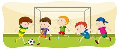 Παίζοντας ποδόσφαιρο αγοριών στον τομέα ελεύθερη απεικόνιση δικαιώματος