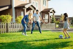 Παίζοντας ποδόσφαιρο μικρών κοριτσιών με τους γονείς της Στοκ Εικόνες