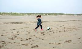 Παίζοντας ποδόσφαιρο μικρών κοριτσιών στην παραλία Στοκ εικόνες με δικαίωμα ελεύθερης χρήσης