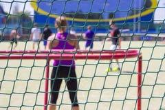 Παίζοντας ποδόσφαιρο στον υπαίθριο Άποψη από πίσω από την πύλη πίσω από την πύλη στοκ φωτογραφίες