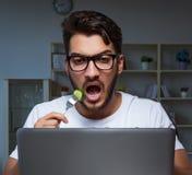 Παίζοντας πολλές ώρες παιχνιδιών νεαρών άνδρων αργά στο γραφείο στοκ φωτογραφίες με δικαίωμα ελεύθερης χρήσης