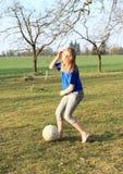 Παίζοντας ποδόσφαιρο μικρών κοριτσιών χωρίς παπούτσια Στοκ φωτογραφίες με δικαίωμα ελεύθερης χρήσης