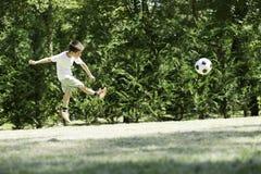 Παίζοντας ποδόσφαιρο παιδιών σε ένα στάδιο Στοκ φωτογραφία με δικαίωμα ελεύθερης χρήσης