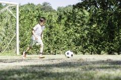 Παίζοντας ποδόσφαιρο παιδιών σε ένα στάδιο Στοκ Φωτογραφίες