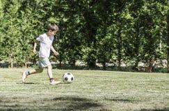 Παίζοντας ποδόσφαιρο παιδιών σε ένα στάδιο Στοκ φωτογραφίες με δικαίωμα ελεύθερης χρήσης
