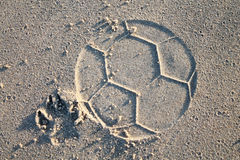 Παίζοντας ποδόσφαιρο σκυλιών στην παραλία Στοκ Εικόνα