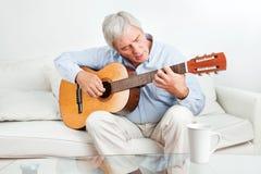 παίζοντας πρεσβύτερος ατόμων κιθάρων Στοκ Εικόνες