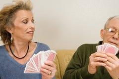 παίζοντας πρεσβύτερος ζευγών καρτών Στοκ Εικόνα