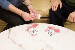 παίζοντας πρεσβύτερος ζευγών καρτών Στοκ εικόνα με δικαίωμα ελεύθερης χρήσης
