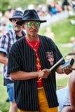 Παίζοντας ρυθμός percussionist αφροαμερικάνων αρσενικός με ένα κουδούνι αγελάδων στο φεστιβάλ Tam Tams στο βασιλικό πάρκο υποστηρ στοκ φωτογραφία με δικαίωμα ελεύθερης χρήσης
