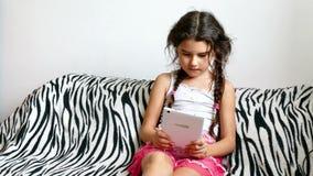 Παίζοντας συνεδρίαση παιχνιδιών ταμπλετών κοριτσιών εφήβων στο κρεβάτι φιλμ μικρού μήκους