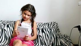 Παίζοντας συνεδρίαση παιχνιδιών ταμπλετών κοριτσιών εφήβων στο κρεβάτι Διαδίκτυο απόθεμα βίντεο