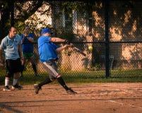 Παίζοντας σόφτμπολ Στοκ Φωτογραφίες