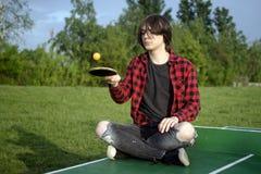 Παίζοντας την επιτραπέζια αντισφαίριση υπαίθρια στοκ φωτογραφία με δικαίωμα ελεύθερης χρήσης