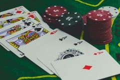παίζοντας τις κάρτες, χωρίζει σε τετράγωνα και πόκερ τσιπ άνωθεν στο πράσινο πόκερ Στοκ Εικόνες