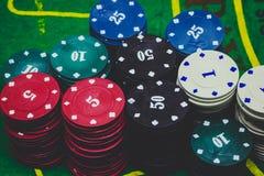παίζοντας τις κάρτες, χωρίζει σε τετράγωνα και πόκερ τσιπ άνωθεν στο πράσινο πόκερ Στοκ φωτογραφίες με δικαίωμα ελεύθερης χρήσης