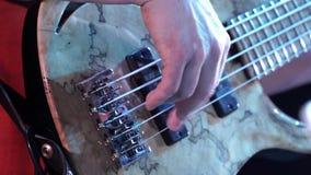 Παίζοντας τραγούδι κιθαριστών εσωτερικό φιλμ μικρού μήκους