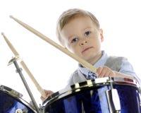 Παίζοντας τύμπανο μικρό παιδί Στοκ φωτογραφία με δικαίωμα ελεύθερης χρήσης