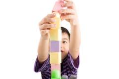 Παίζοντας φραγμοί μικρών παιδιών στο σπίτι Στοκ Εικόνες
