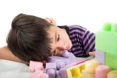 Παίζοντας φραγμοί μικρών παιδιών στο σπίτι Στοκ εικόνες με δικαίωμα ελεύθερης χρήσης