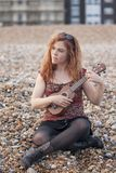 παίζοντας ukulele γυναίκα στοκ εικόνα