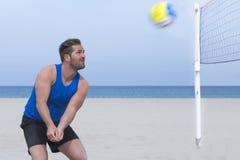 Παίζοντας volley παραλιών ατόμων Στοκ εικόνες με δικαίωμα ελεύθερης χρήσης