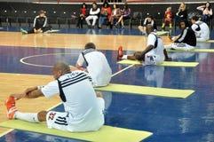 Παίκτες που κάνουν το τέντωμα πριν από το παιχνίδι Στοκ εικόνα με δικαίωμα ελεύθερης χρήσης